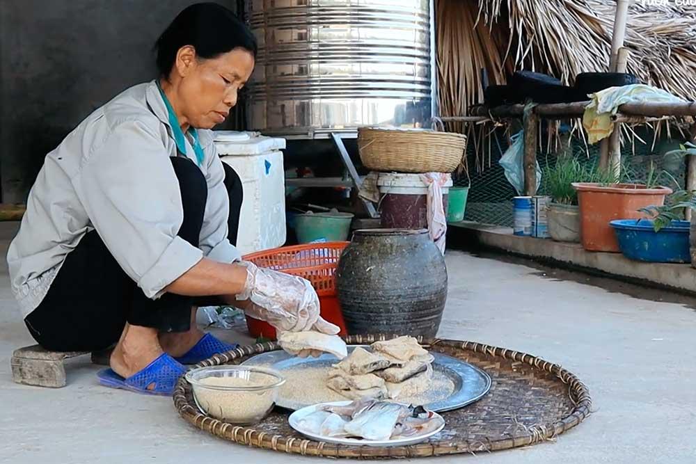 Hình ảnh: Bà Quy đang vào thính cho cá sau khi ướp