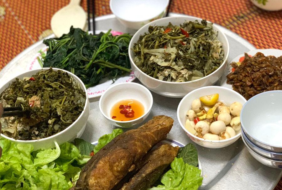 Bữa cơm gia đình người Phú Thọ có Rau sắn nấu cá, Cá thính muối chua, Cà pháo, Rau muống luộc